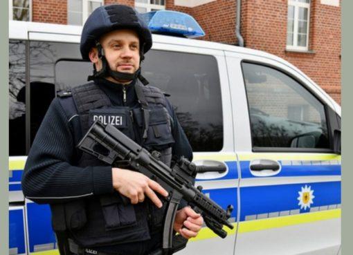 Bundespolizist mit neuen Einsatzhelm