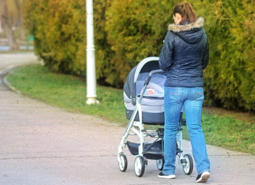 Alleinerziehende mit Kinderwagen